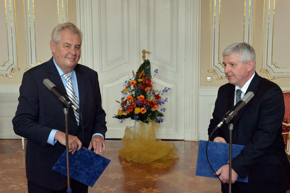 Premiér Rusnok předal demisi prezidentovi