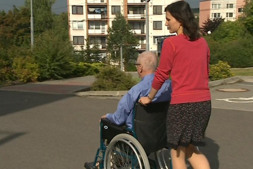 Péče o lidi s Alzheimerem bývá pro rodinu náročná