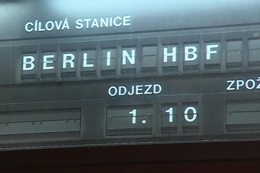 Vlak vyjel po opraveném viaduktu směrem na Berlín