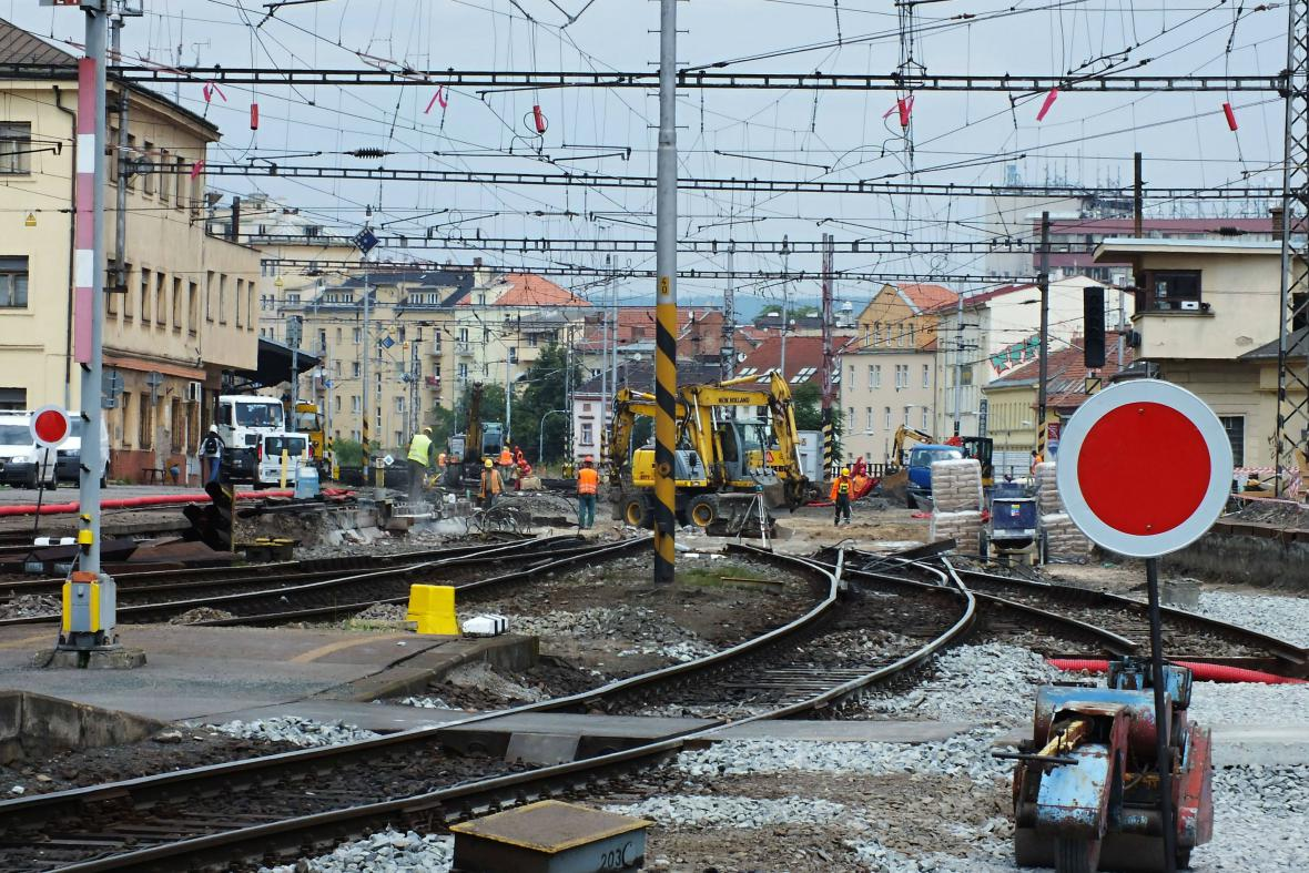 Dělníci opravují viadukt na Křenové u hlavního nádraží
