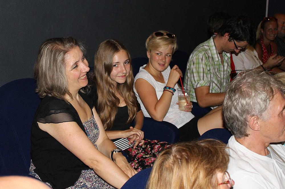 Promítání se zúčastnila i vdova po Petru Hvižďovi (vlevo) s dcerou