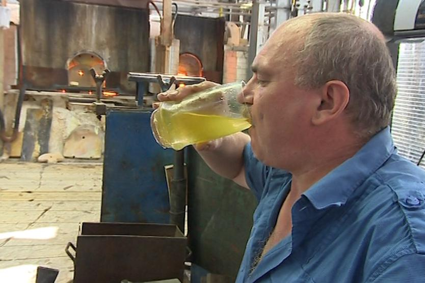 Za den vypijí skláři až 5 litrů vody
