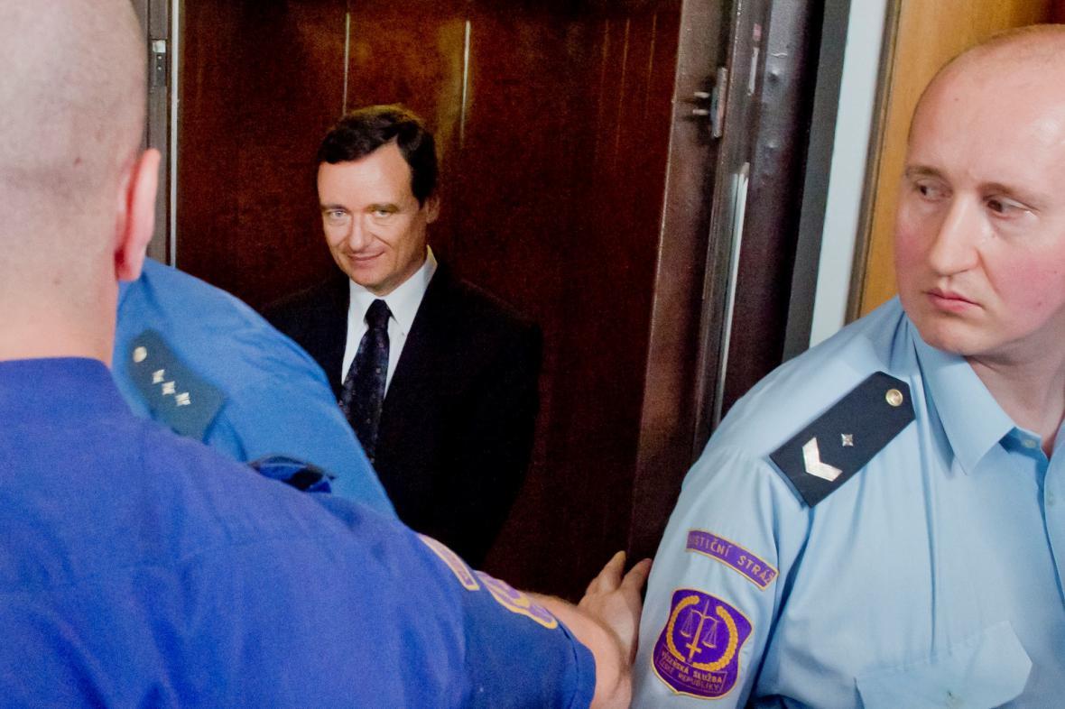 Eskorta vede Davida Ratha k soudu