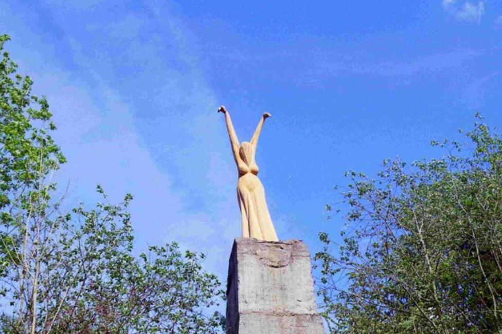 Socha Umberta Righera v Lomečku