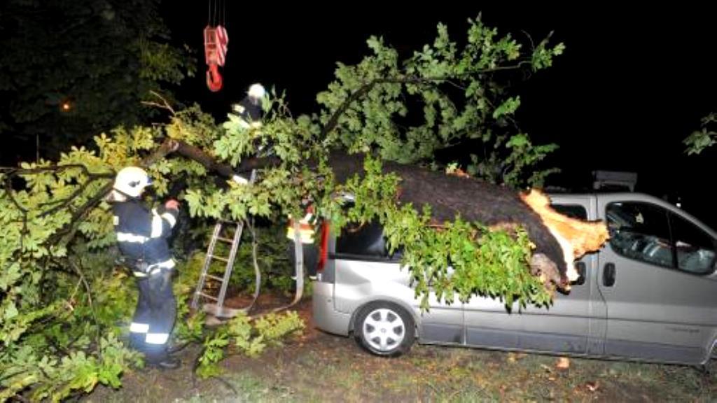 Následky bouřky ve Slavkově u Brna
