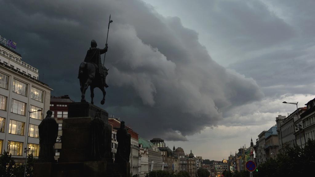 Bouřkový mrak nad centrem Prahy