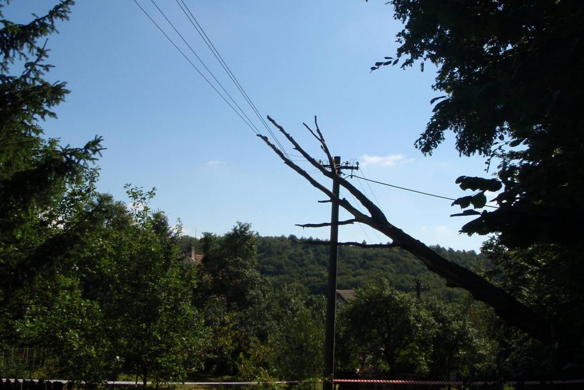 Několik obcí je stále bez elektrického proudu
