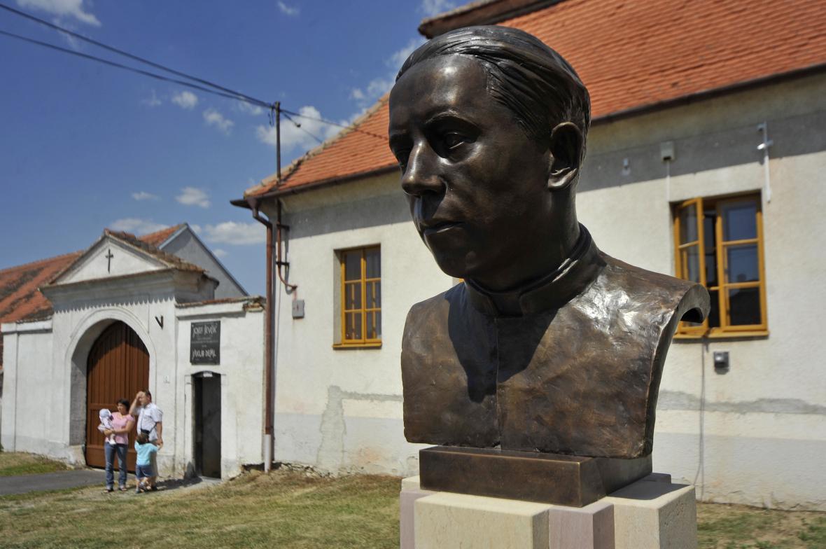 Busta popraveného kněze Václava Drboly