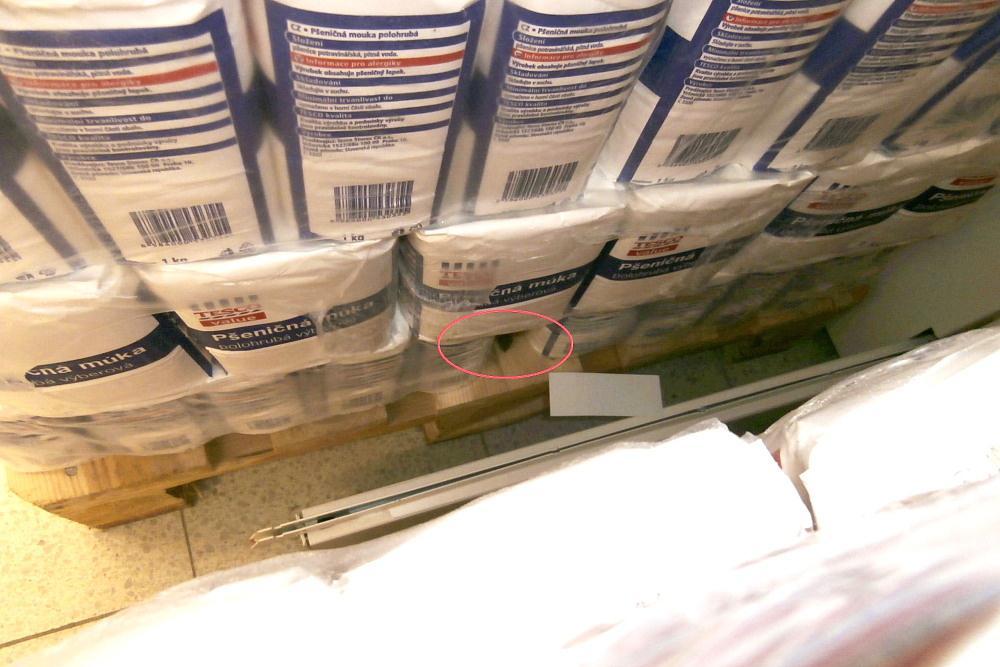 Mezi balíky mouky se skrývala živá myš