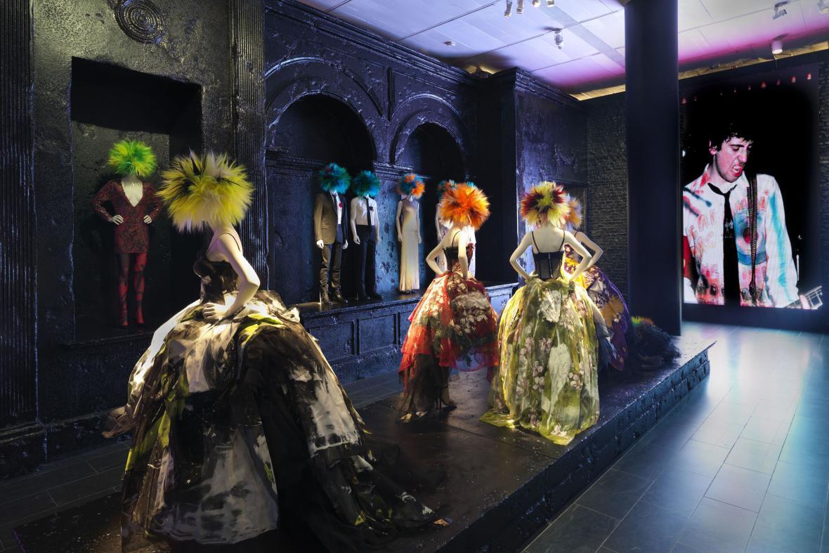 Pohled do galerie / modely od Zandry Rhodes