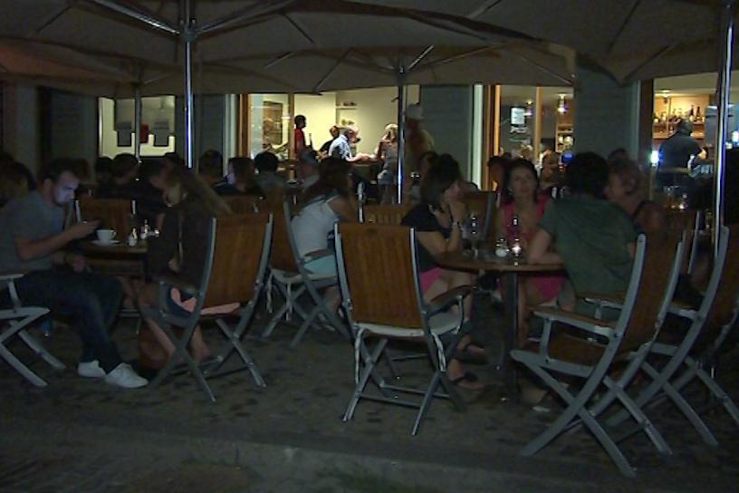 Zahrádky kaváren a restaurací jsou večer plné