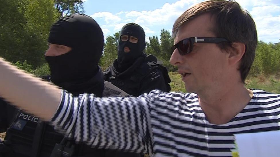 Režisér dává instrukce policistům