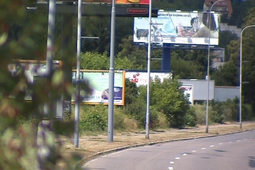 Podle policie je většina billboardů nelegálních nebo špatně umístěných