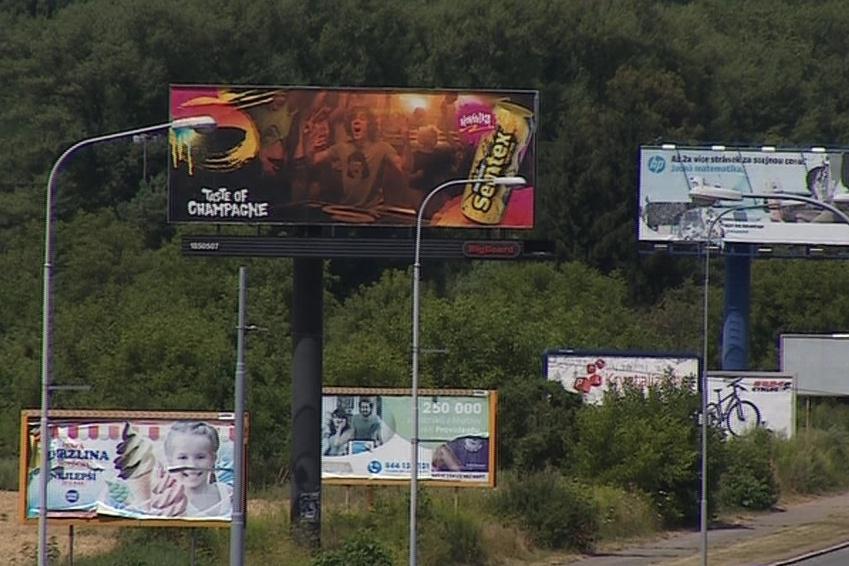 Billboardy na ulici Kníničská v Komíně stále stojí
