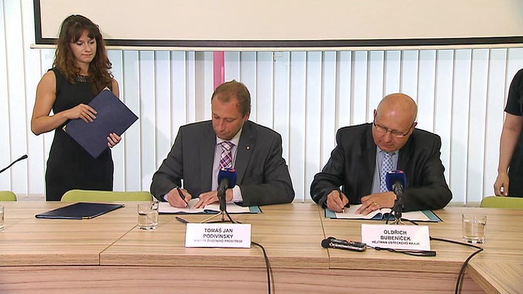 Ministr a hejtman při podpisu dohody o dotacích na výměnu kotlů