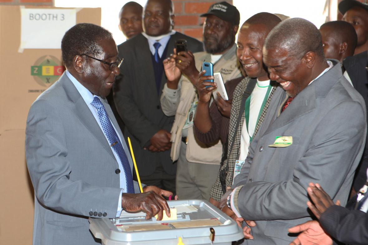 Robert Mugabe u volební urny