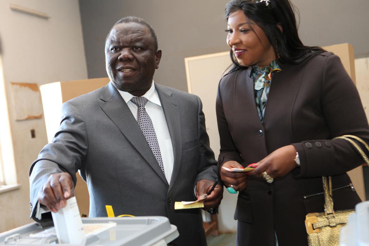 Morgan Tsvangirai s manželkou Elizabeth Machekaovou u volební urny
