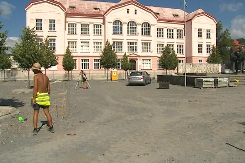 Vsetínská radnice začala znovu opravovat náměstí Svobody
