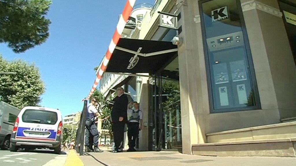 Policie před vyloupeným hodinářstvím Kronometry v Cannes