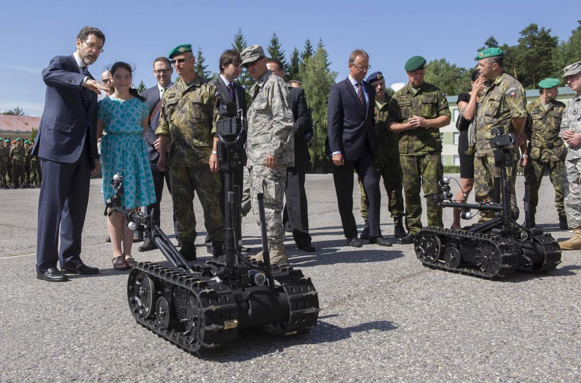 Pyrotechnické roboty předal armádě americký velvyslanec v ČR Norman Eisen (na snímku vlevo s dcerou Tamarou)