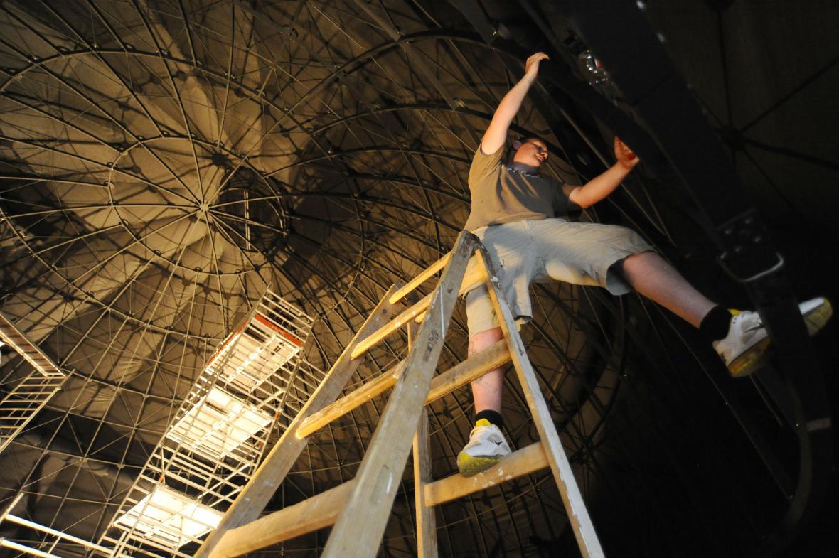 Projekční plochu instalují v planetáriu Američané