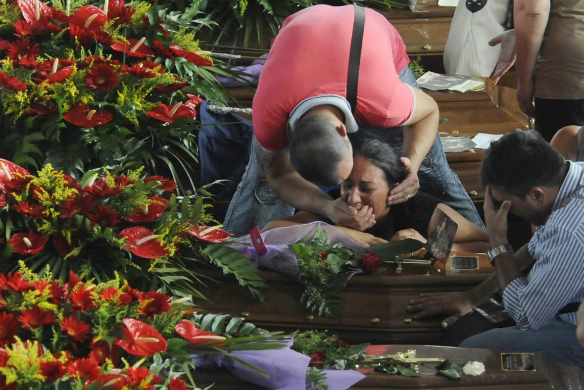 Příbuzní se loučí s oběťmi havárie autobusu