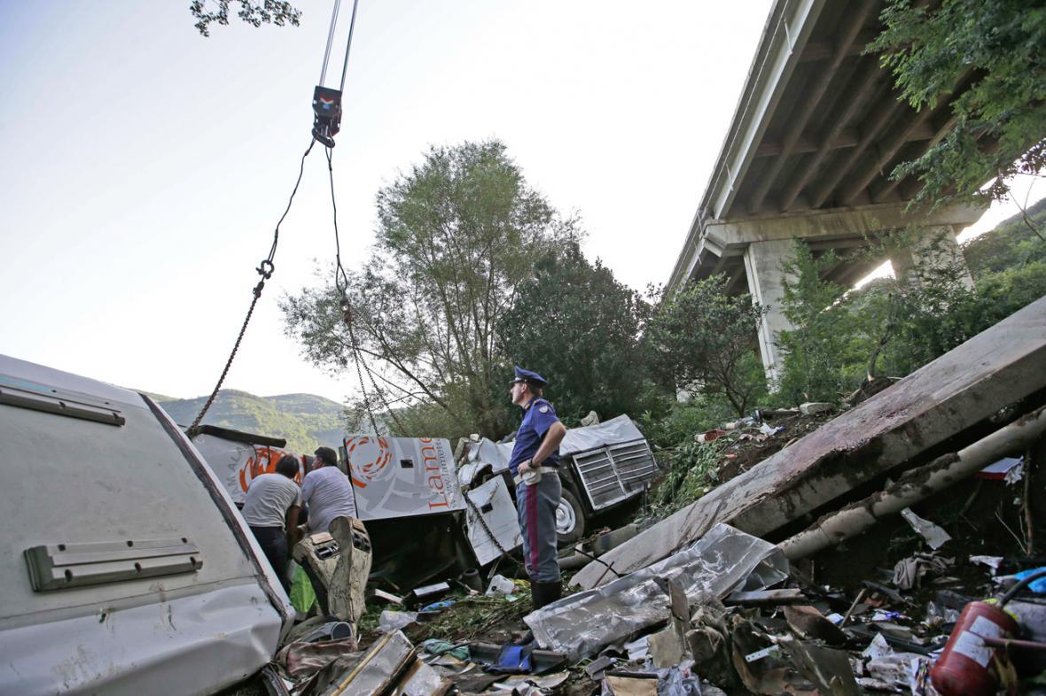 Odklízení vraku autobusu po nehodě u italského Avellina