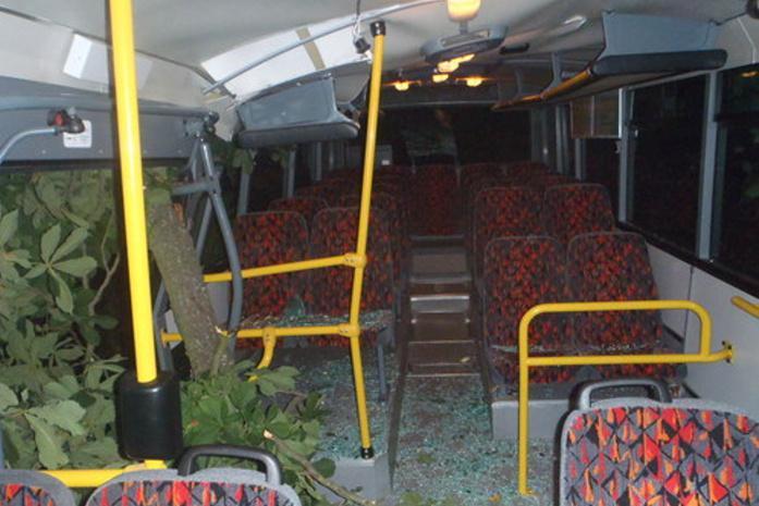 Tři cestující byli lehce zraněni