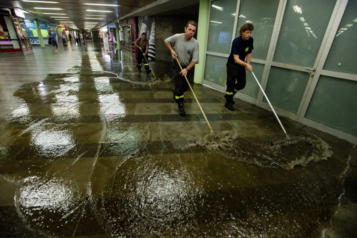Bouřka v Praze zkomplikovala dopravu