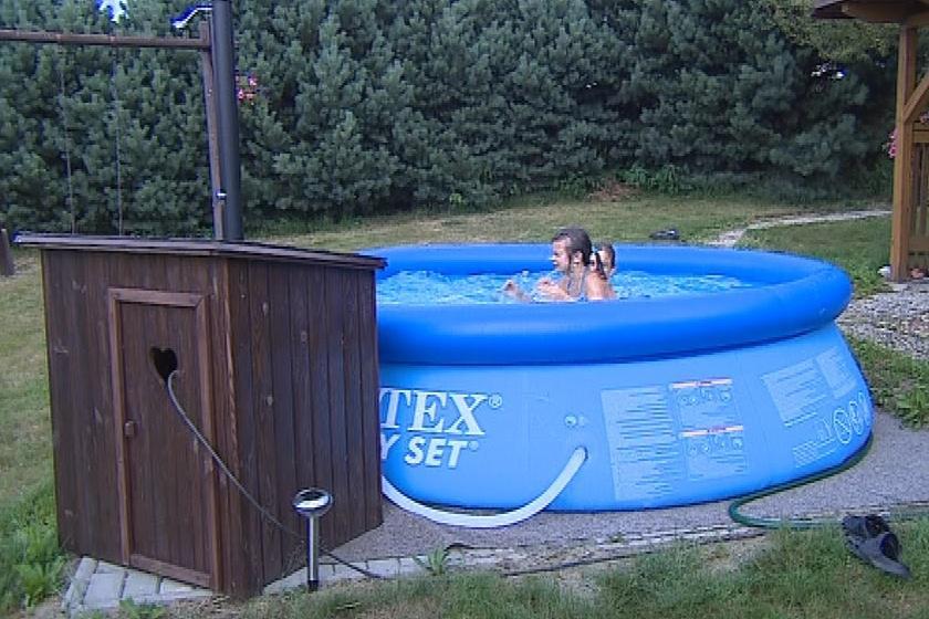Lidé na vesnicích raději zůstávají ve svých bazénech