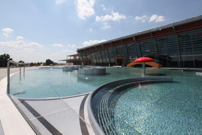 Venkovní bazény už čekají na první plavce