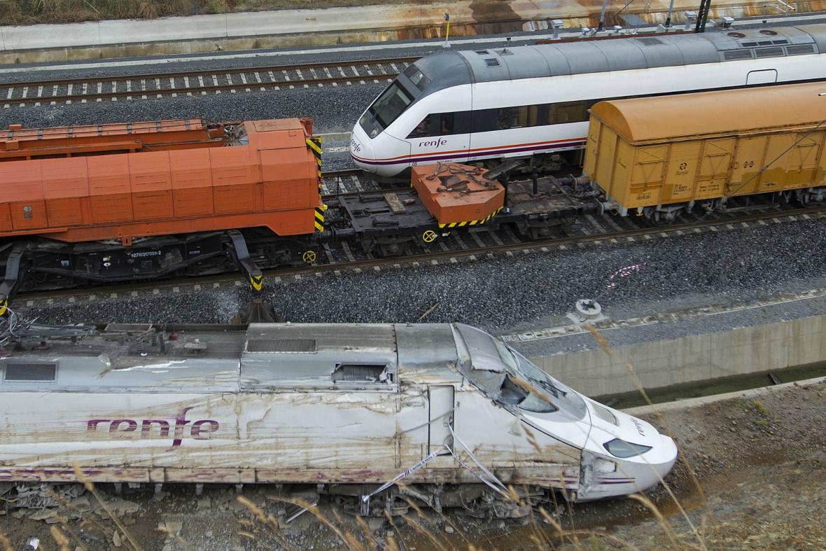 U znovuzprovozněné trati zůstává ležet havarovaný vlak
