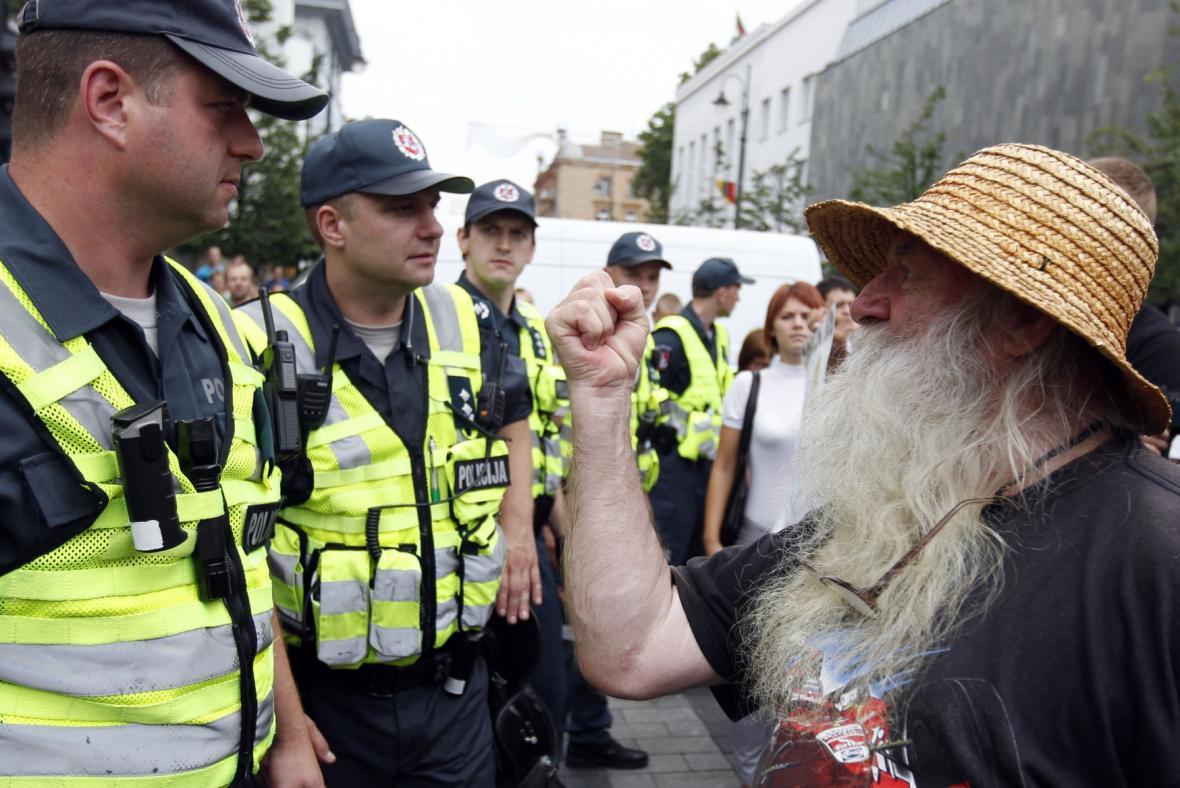 Odpůrce pochodu hrozí policistům