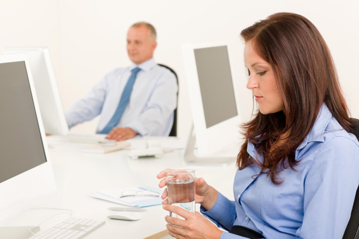 I v kanceláři je třeba dodržovat pitný režim