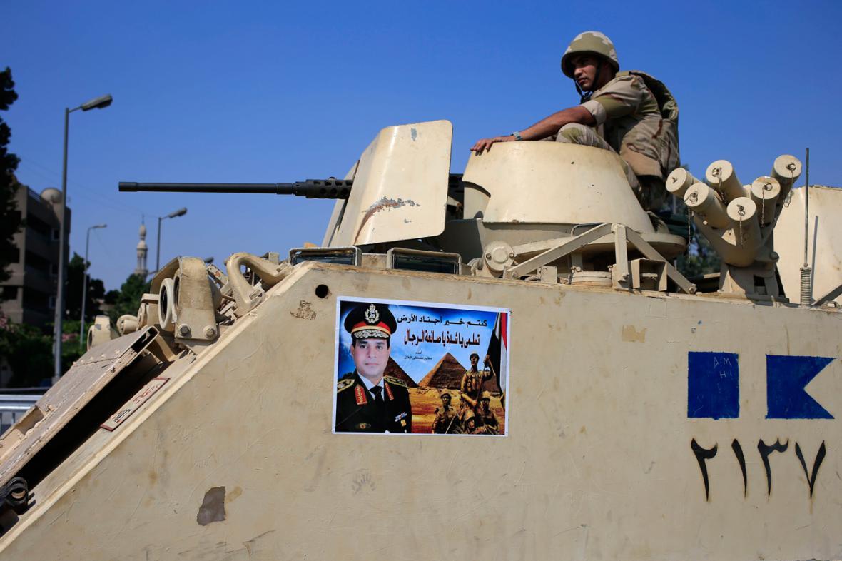 Egyptská armáda je připravena zakročit proti násilnostem v ulicích