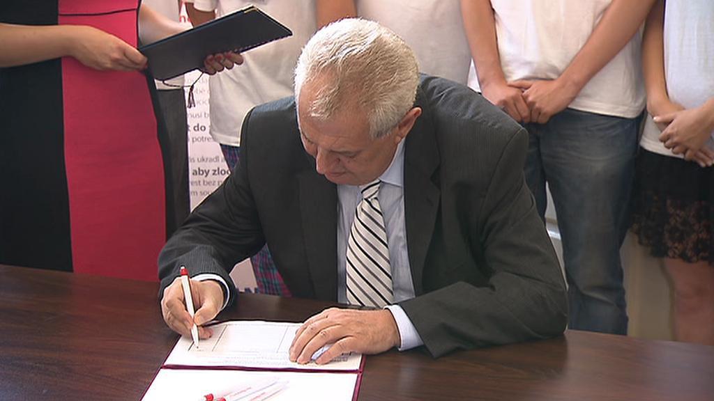 Zeman podepisuje petici za prokázání původu majetku