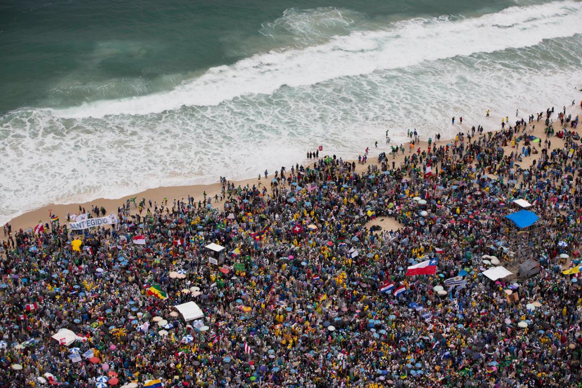 Věřící čekají na Copacabaně na papeže Františka