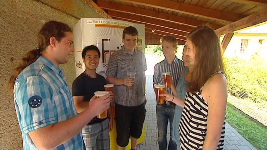 Studenti Gymnázia před svým prototypem pivního automatu