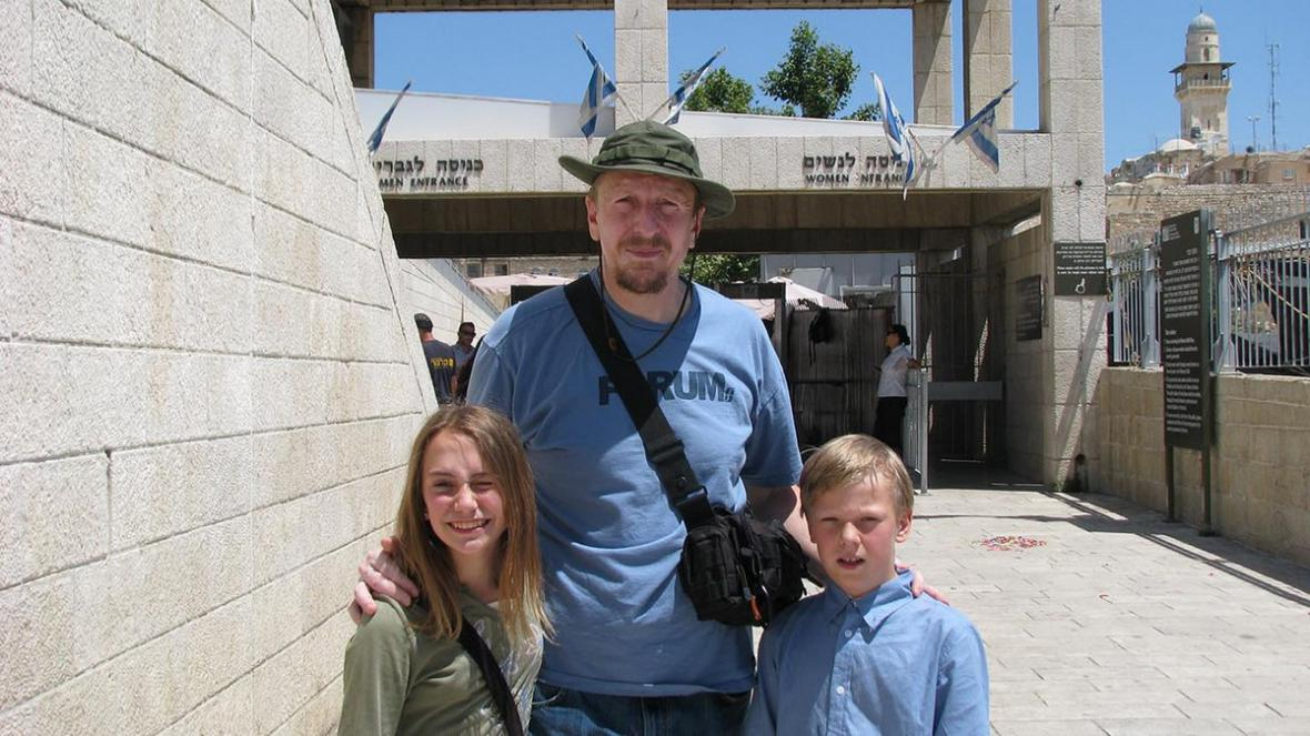 Režisér Martin Benc s představiteli seriálu na natáčení v Izraeli