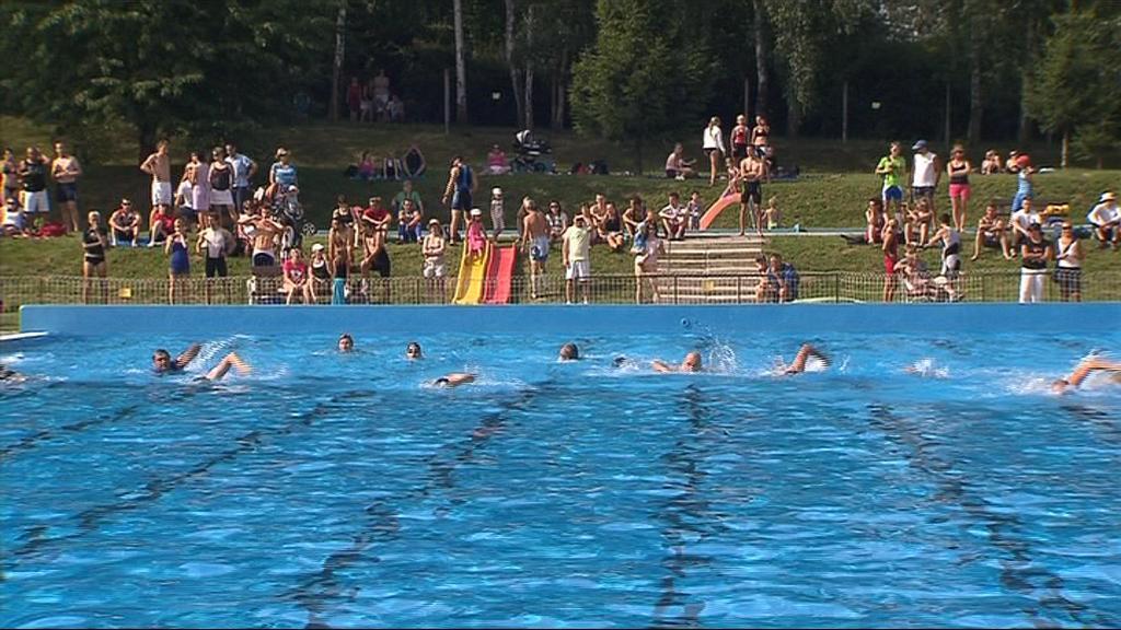 Závodníky čekalo 200 metrů plavání, 20 kilometrů na kole a 5 kilometrů běhu