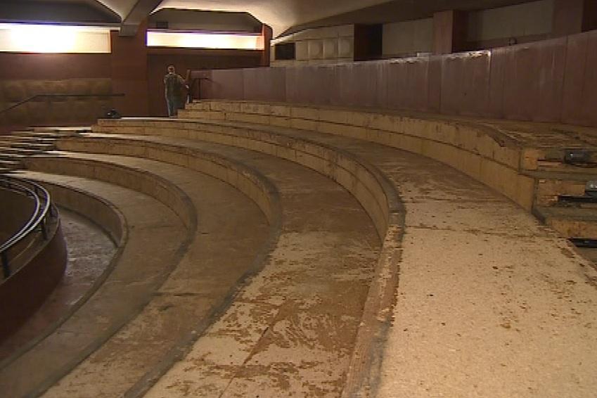Dělníci vytrhali z hlediště sedačky, které čeká renovace