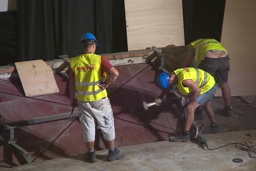Dělníci rozebírají i pódium, nahradí ho nové