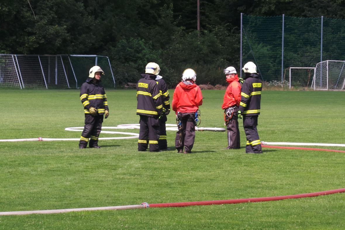 Na místě jsou čtyři jednotky hasičů