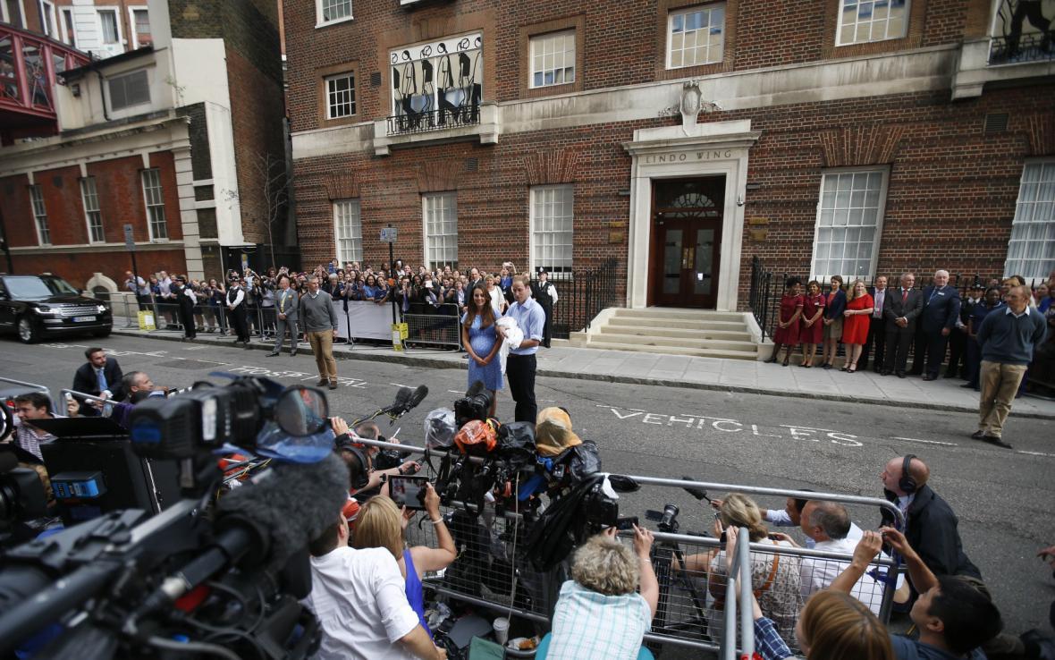 Královský pár poprvé ukazuje syna veřejnosti