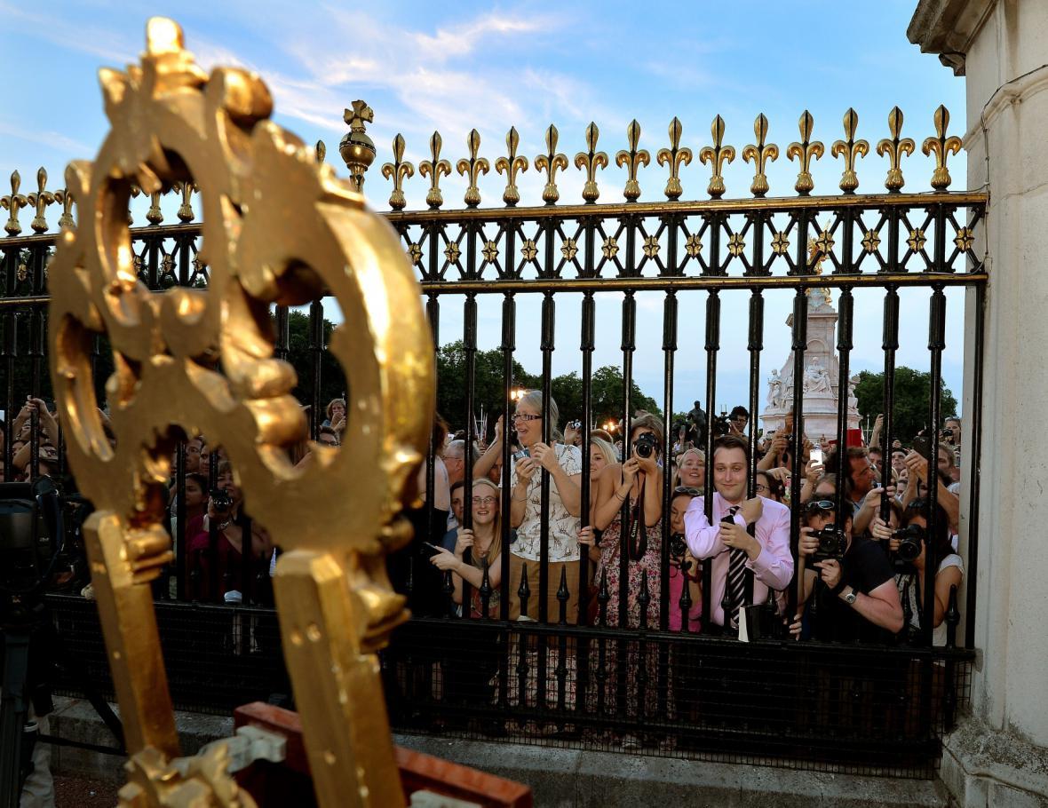 Brány Buckinghamského paláce v obležení lidí