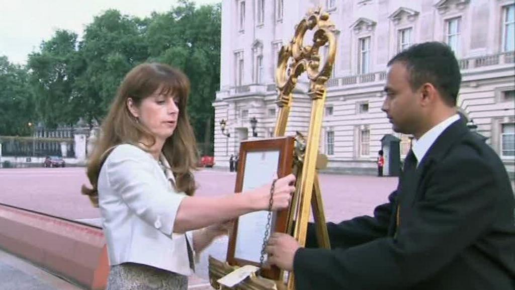 Vyvěšení oficiálního oznámení o narození prince z Cambridge