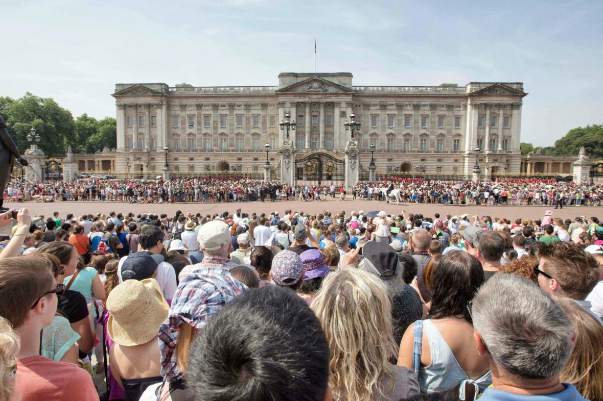 Davy před Buckinghamským palácem čekají na narození následníka trůnu