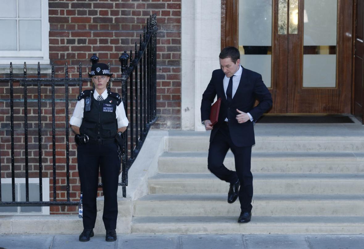 Oznámení o dítěti putuje z porodnice do Buckinghamského paláce