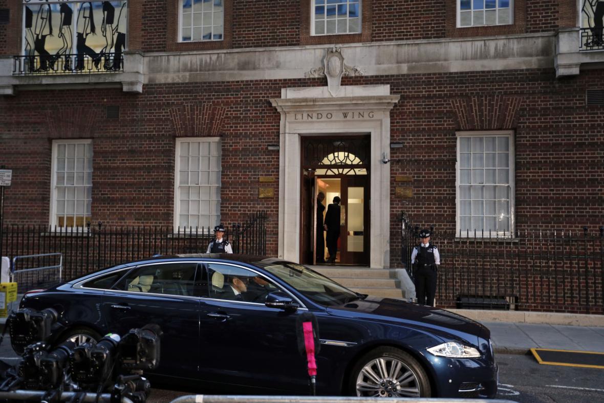 Zástupci Buckinghamského paláce odvážejí oznámení o narozeném potomkovi