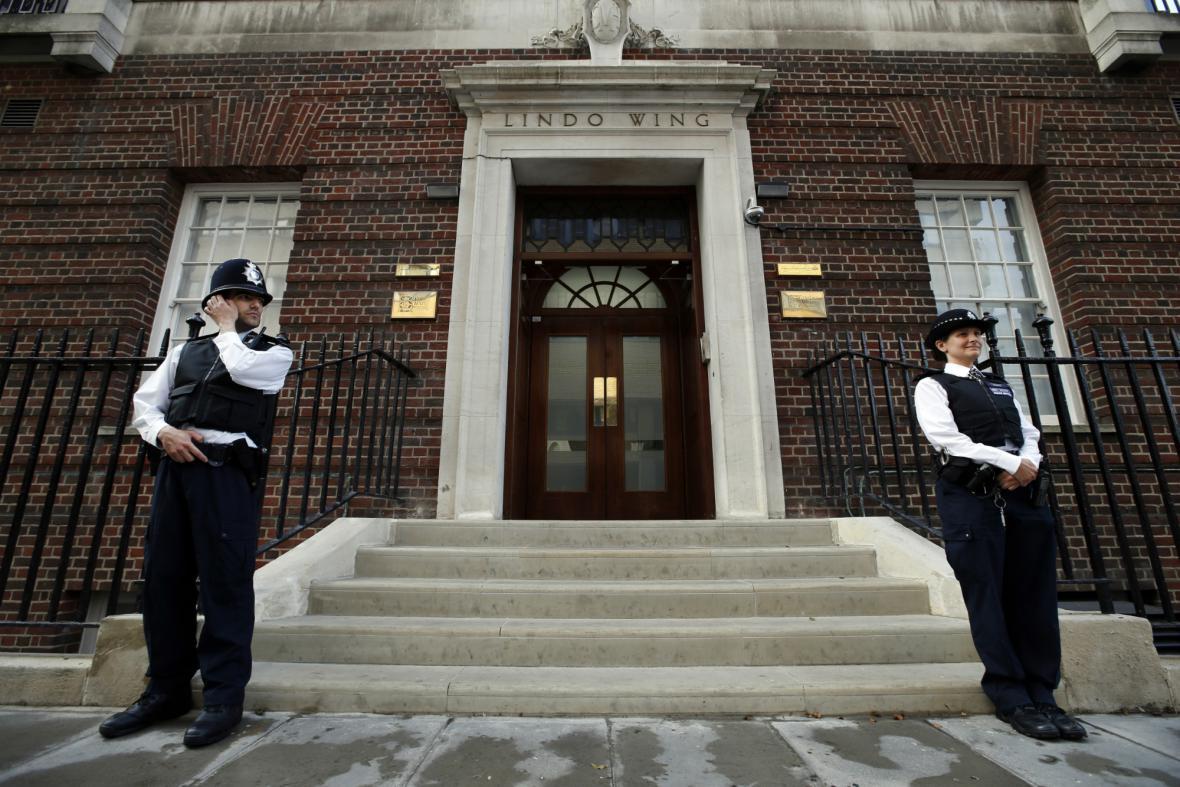 Policie před hlavním vchodem Lindoova křídla nemocnice Panny Marie